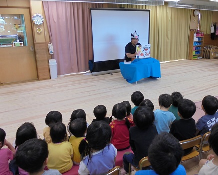 【Picture】The Children Listened to the Picture-story Shows
