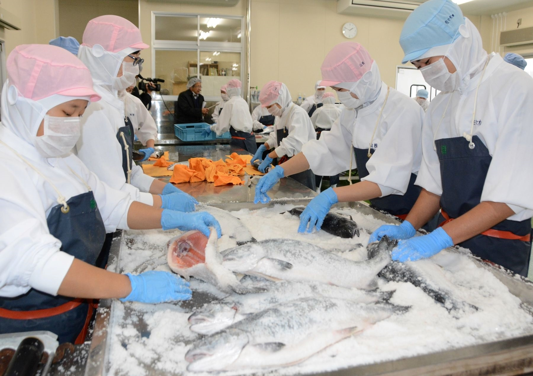 【Picture】Offering Salmon as Teaching Materials to the Local High Schools (Yumigahama Suisan Kaisha, Ltd.)